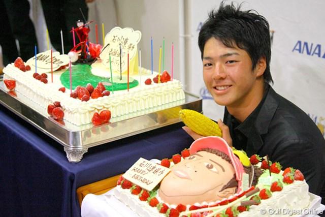 石川遼 17歳の誕生日を迎えた石川遼。ケーキ2つに挟まれて満面の笑顔だった