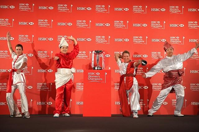 マーシャルアーツ姿を披露した女子プロたち。写真左からポーラ・クリーマー、朴仁妃、スーザン・ペターセン・フォン・シャンシャン(HSBC/Getty Images)