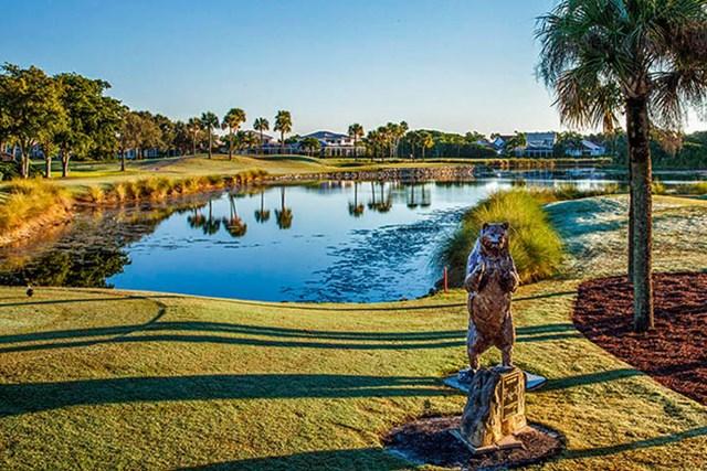 ツアー屈指の難所と言われるPGAナショナルのベアトラップ入り口で、熊の銅像が選手を待ち構える(PGA TOUR)
