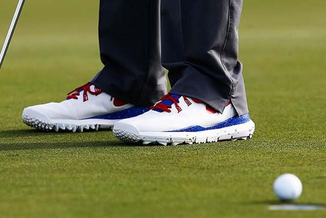 ウッズが履くナイキのゴルフシューズ。いつもと違うデザインの理由は(Greenwood/Getty Images)