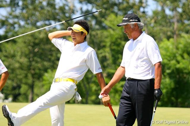 プロアマ戦で同組でラウンドした石川遼と青木功