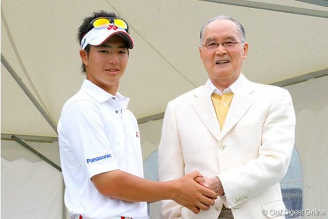 緊張の面持ちで長嶋茂雄氏と握手を交わす石川遼
