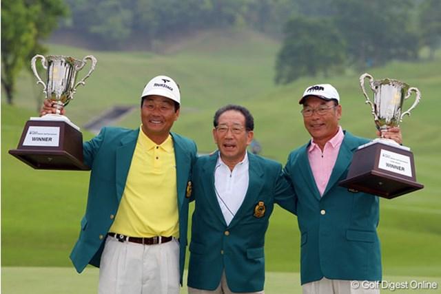 シニアツアー開幕戦を制した飯合肇(左)。右はスーパーシニアの部を制した金井清一