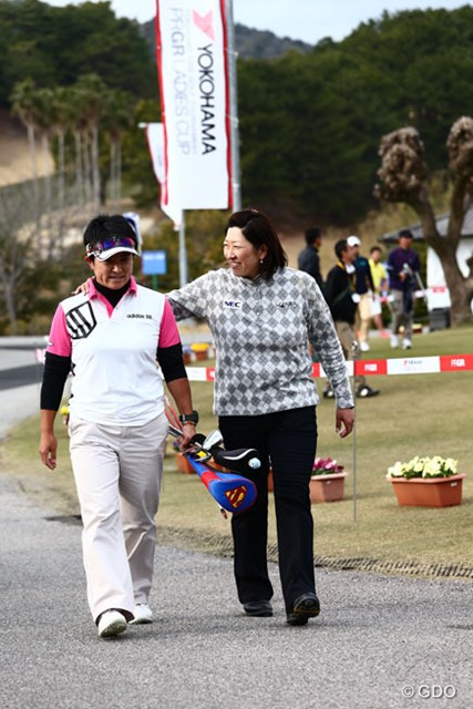 """8月の""""本番""""に向け始動する福嶋晃子(右)。ちなみに息子は「目指せ公務員!」でゴルフは遊び程度しか許さないつもりだとか"""