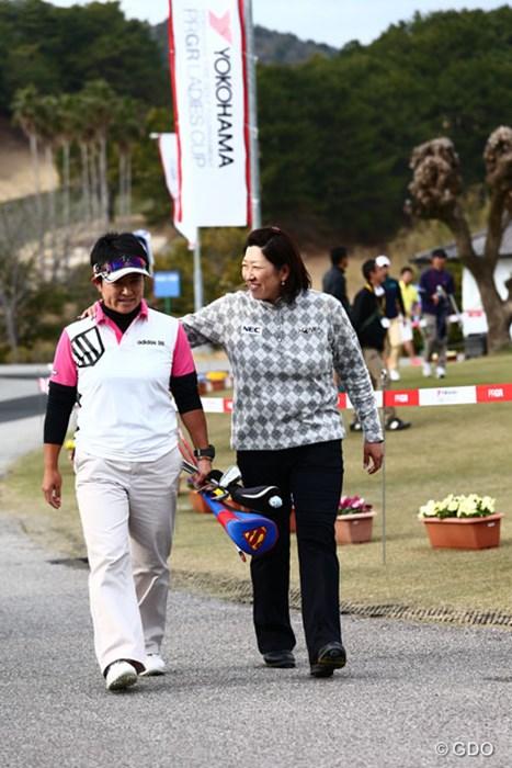 """8月の""""本番""""に向け始動する福嶋晃子(右)。ちなみに息子は「目指せ公務員!」でゴルフは遊び程度しか許さないつもりだとか 2014年 ヨコハマタイヤPRGRレディスカップ 事前 福島晃子"""