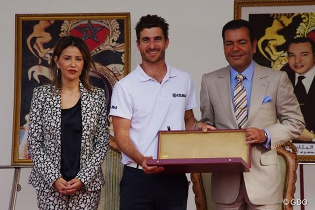 ツアー通算2勝目を飾ったA.カニサレス。表彰式に出席したムーレイ・ラシッド王子、ララ・メリヤム王女から祝福を受けた