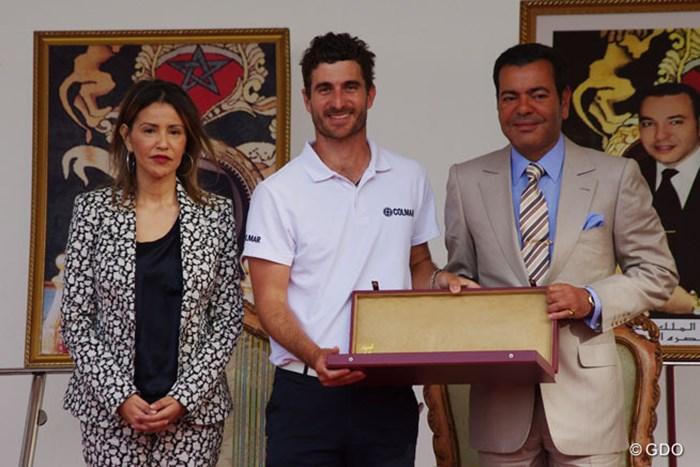 ツアー通算2勝目を飾ったA.カニサレス。表彰式に出席したムーレイ・ラシッド王子、ララ・メリヤム王女から祝福を受けた 2014年 ハッサンII ゴルフトロフィー 最終日 アレハンドロ・カニサレス