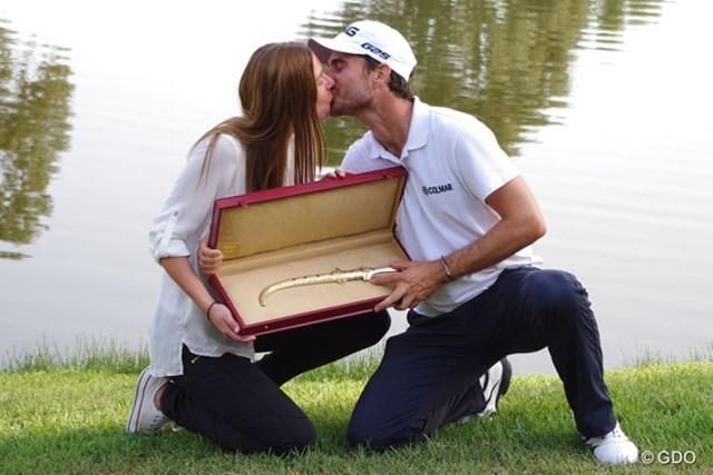 カメラマンのリクエストに応え、夫人とのお熱いキスを披露