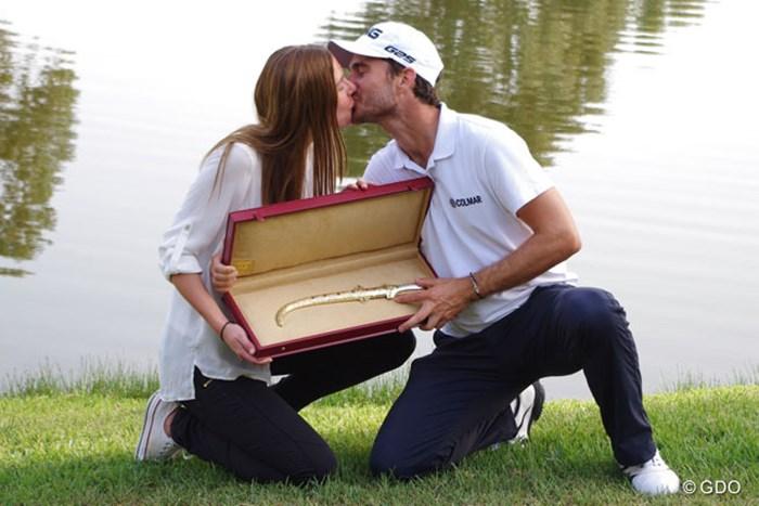 カメラマンのリクエストに応え、夫人とのお熱いキスを披露 2014年 ハッサンII ゴルフトロフィー 最終日 アレハンドロ・カニサレス
