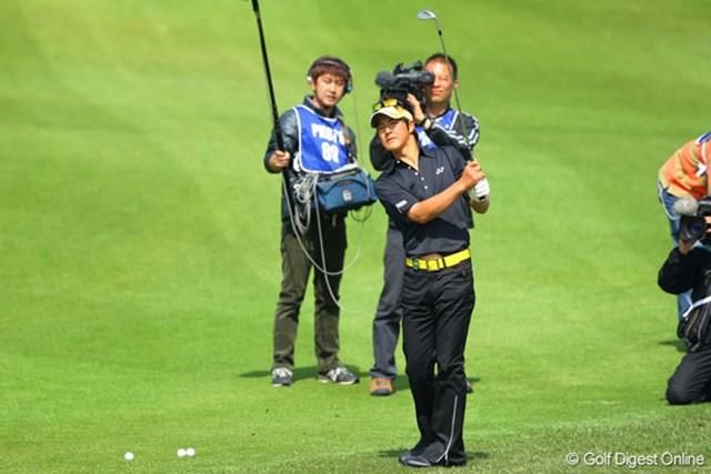練習ラウンドから、多くのカメラに囲まれてプレーする石川遼