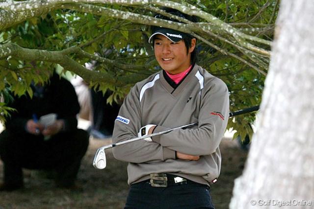 木の枝を折ってしまった直後の石川遼。「しまった…」という表情