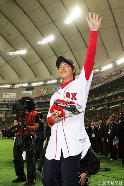 プロゴルファー石川遼と紹介され、歓声に手を上げて応える