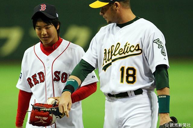 投球後、キャッチャーと言葉を交わす石川
