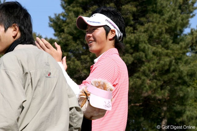 同伴ジュニアのプレーに拍手を送る石川遼。和やかな雰囲気の中で、ジュニア最後のプレーを終えた