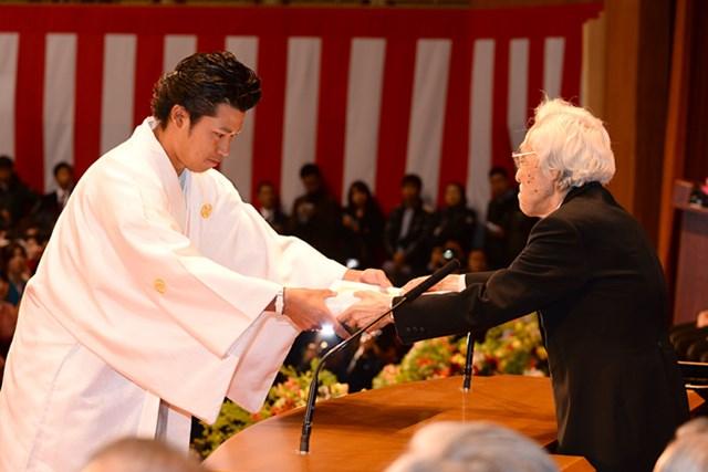 学長賞を授与される松山英樹(代表撮影)