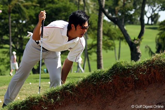 練習ラウンド中、石川遼は長時間の飛行機移動で固まった体をほぐそうと足をさする