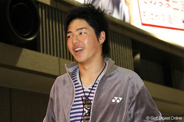 成田空港に笑顔で登場した石川遼。周囲の視線を一身に浴びていた