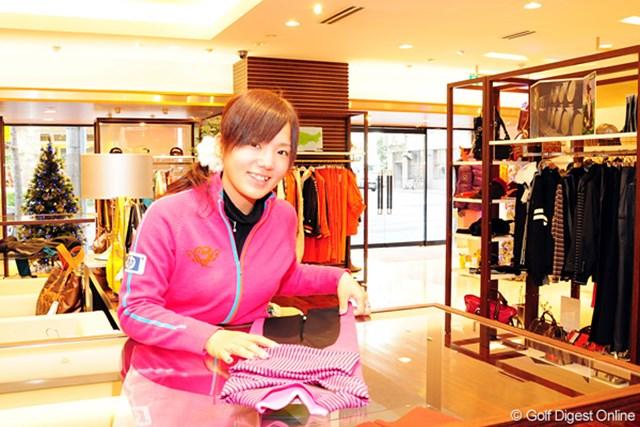 人生初のアルバイトを経験した有村智恵。来店客に笑顔で応えていた