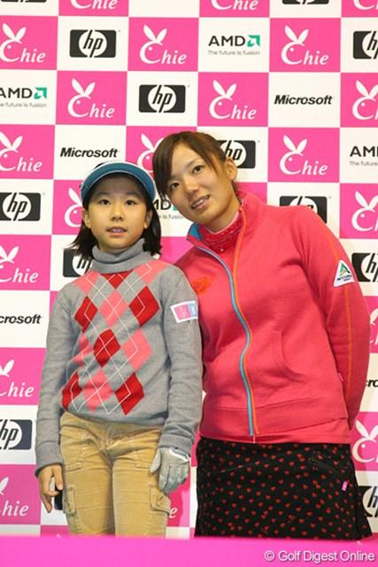 参加者全員が有村智恵と2ショットで記念撮影を行った
