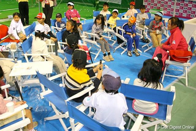 座談会形式で子供たちと会話を交わす有村智恵。プライベートに関する質問に苦笑する場面も