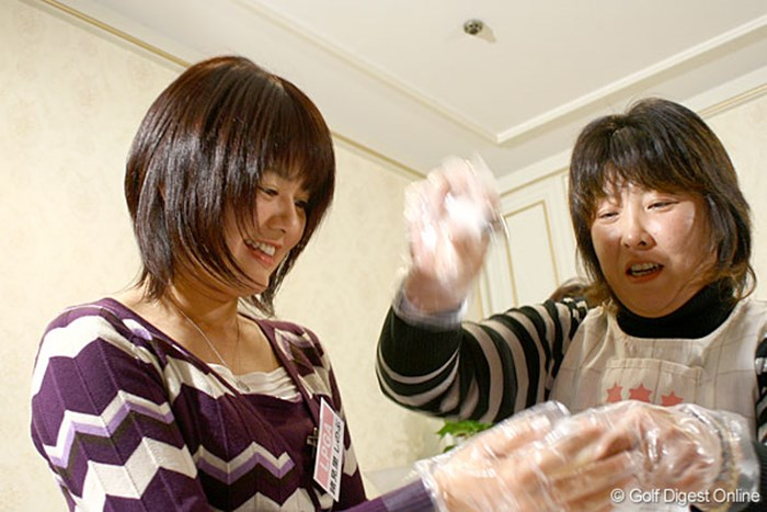 まるで親子!?木村敏美ママに手伝ってもらい、おにぎりを握る諸見里しのぶ 諸見里しのぶ