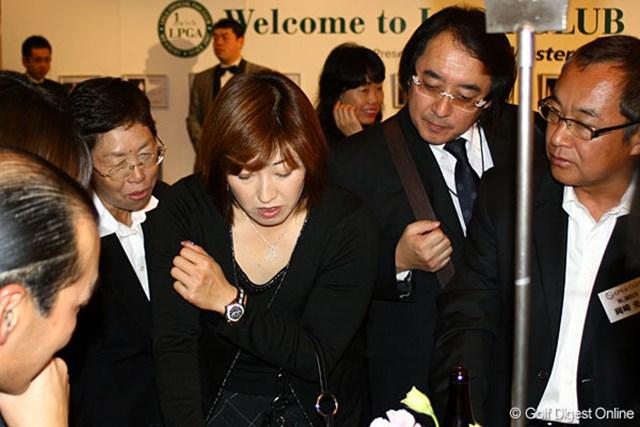 ファンと共に真剣にクイズを考える福嶋晃子
