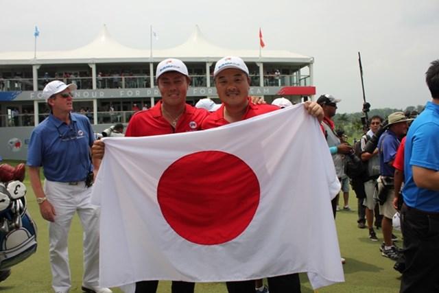 奇跡的な引き分けで大会を終え、谷原秀人(左)と小田孔明は日の丸を手に記念写真に納まった