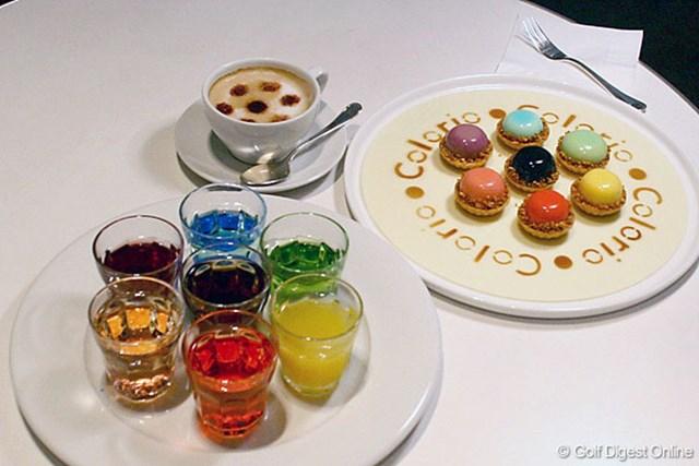 カフェのオリジナルメニュー。カラリオの6色ロゴがモチーフとなっている。