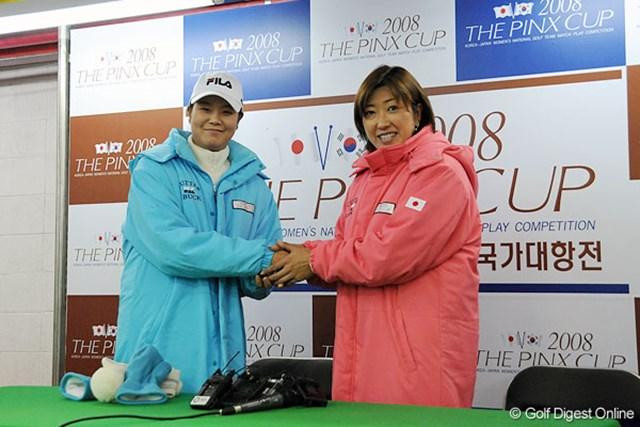 両国キャプテンのハン・ヒーウォンと福嶋晃子。お互いの健闘を誓い合った。