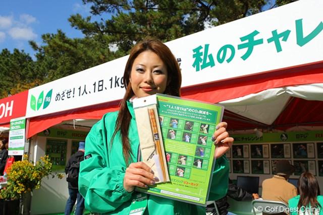 キャンペーンガールの山内美紗子さんが手にするのが、「私のチャレンジ宣言カード」と、参加賞のマイ箸だ。