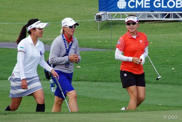 宮里のコーチ、ピア・ニールソンとリン・マリオットに質問しながら練習ラウンドを行った。