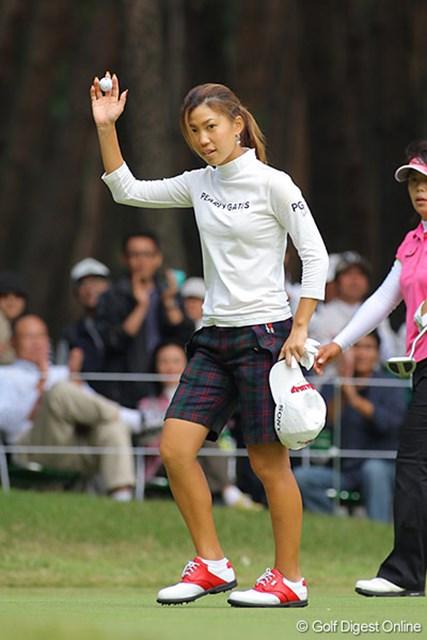 プロ初のホールインワンを決めた上田桃子は、律儀に帽子を取ってギャラリーの歓声に応えた。