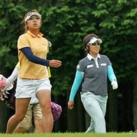 ホールインワンの効果か、共に好調なスタートを切った辻恵美子(左)と渡辺聖衣子 辻恵美子(左)と渡辺聖衣子