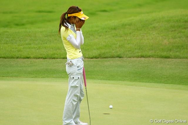 最終18番、バーディパットを外し、顔を覆い涙ぐむ金田久美子