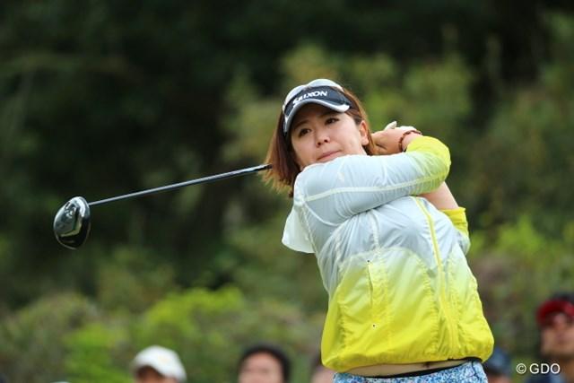 2014年 ヤマハレディースオープン葛城 2日目 吉田弓美子 前半はマスクを付けずにプレー。重度の花粉症の吉田は雨予報を歓迎しつつ2位に浮上