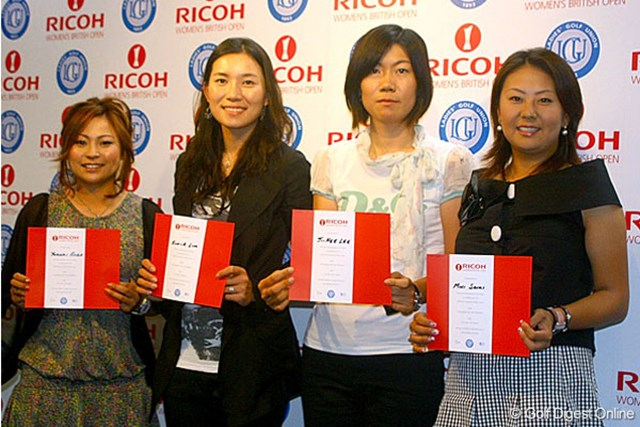 「全英リコー女子オープン」の出場資格を獲得し、授与式に出席した(右から)佐伯三貴、李知姫、イム・ウナ、馬場ゆかり