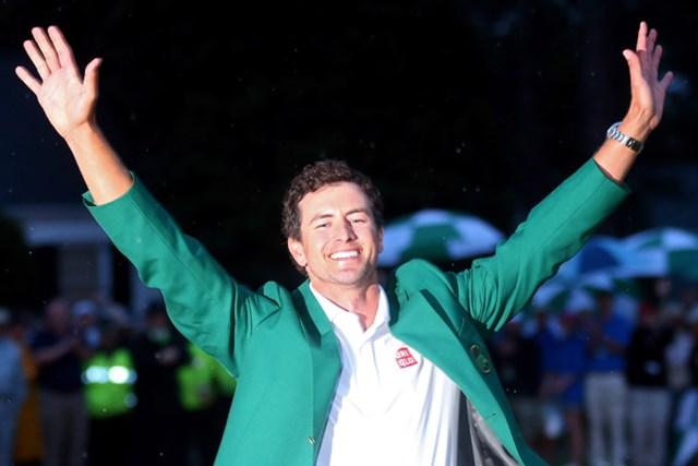 ユニクロのシャツの上にグリーンジャケットをまとった2013年マスターズのスコット(Mike Ermann/Getty Images)