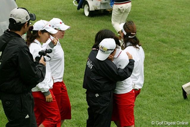 最終組の藤本がホールアウトすると、日本チームのメンバーは悔し涙を見せた