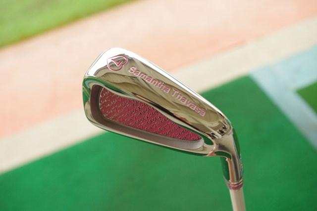 新製品レポート サマンサタバサ レディスゴルフクラブ アイアンの番手はハートマークの中に・・・、そしてヘッドはブランドロゴでデザインされている
