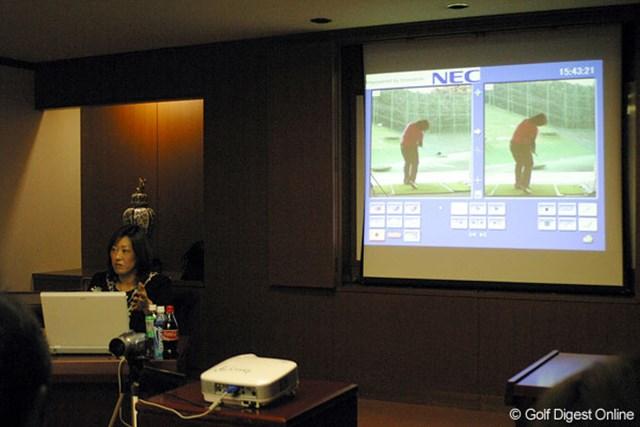 会見場で、スイングチェック時に使用しているNEC製の分析システムを実演する福嶋晃子