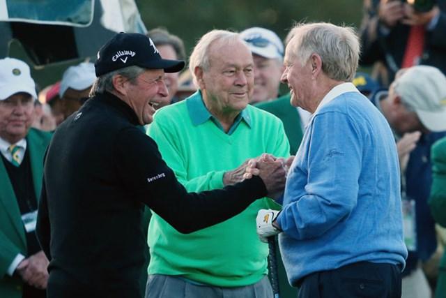 長い歴史に数々のドラマを演じてきた3人のレジェンド達が始球式に登場した(Rob Carr/Getty Images)
