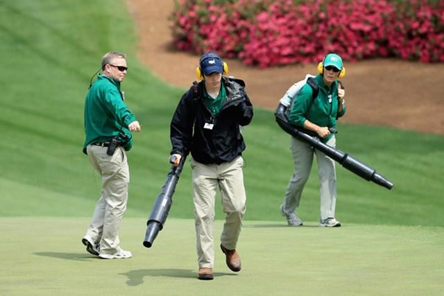 特殊部隊? 通称ブロワー。グリーン上の枯れ草などを排除するチーム(David Cannon/Getty Images)