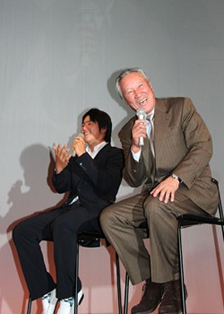 ジャパンゴルフツアー表彰式後の懇親会で催された、青木功と石川遼のトークショー。プレーだけでなく、トークでも沸かすことができる石川に青木も爆笑!