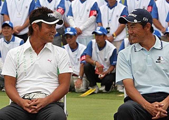 アジアパシフィック パナソニックオープンの表彰式。ベストスコア賞を受賞して、チャンピオンの谷原と席を並べた横尾(右)は「今の若い子たちは羨ましいよ」としみじみと・・・。