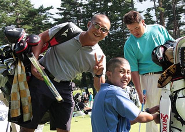 甲斐慎太郎がツアー初優勝をあげた翌週のフジサンケイクラシックにて。左から宮里優作のキャディの高橋さんと、甲斐のキャディの中山さんは揃って結果を出して「頭を丸めた甲斐がありました!」
