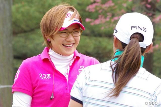 パッティンググリーン上で眼鏡姿を披露した成田美寿々(写真はプロアマ時)