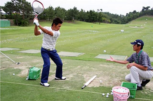 師匠・芹澤信雄の指示でテニスラケットを使用した練習を行う藤田寛之