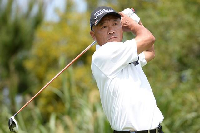昨年覇者の崎山武志が8アンダーで首位に立ち、連覇に向け好スタートを切った(画像提供:日本プロゴルフ協会)