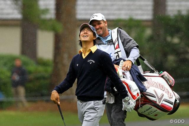 球の当たった木を見上げ、幸運なショットに笑顔を見せる石川遼