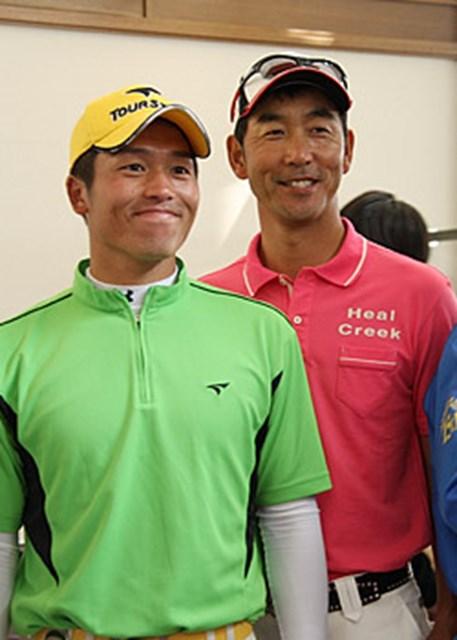 2日目5位タイにつけた、つるやオープンにて。門下生のひとり、清田太一郎(左)と「こんな機会はめったにないから」とこのときばかりはお互い選手として写真におさまった